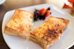 Toastie auf einer weißen Platte stockbilder