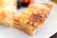 Toastie auf einer weißen Platte lizenzfreie stockbilder