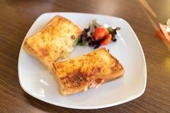 Toastie auf einer weißen Platte stockfotos