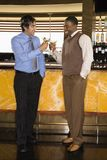 toasting людей martini штанги Стоковая Фотография RF