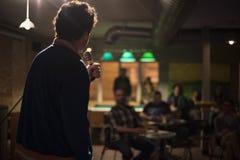 Toastmaster με ένα μικρόφωνο σε ένα κόμμα στοκ φωτογραφίες