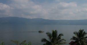 Toba λιμνών τοπίο με τη βάρκα απόθεμα βίντεο
