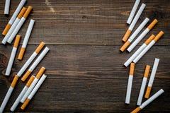 tobak Spridda cigaretter på mörkt träutrymme för kopia för bästa sikt för bakgrund fotografering för bildbyråer