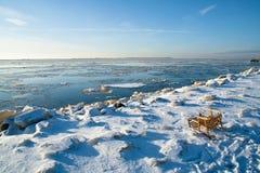 Tobbogan op ijzige rivierkust Royalty-vrije Stock Afbeeldingen