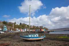 Tobermory马尔岛苏格兰英国帆船和五颜六色的房子 免版税库存图片