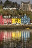 Tobermory en la isla de reflexiona sobre en Escocia Fotos de archivo