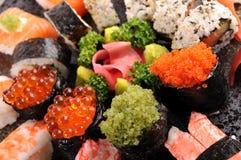 Tobiko sushi med det blandade sushiuppläggningsfatet Arkivbilder