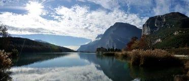 Toblino城堡和湖panorama1 免版税库存图片