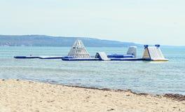 Tobogán acuático azul en la playa del mar, el juego y el área del salto, cierre de los niños para arriba Foto de archivo libre de regalías
