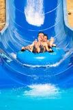 Tobogán acuático de la gente en el parque de la aguamarina imagenes de archivo