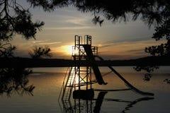 Tobogán acuático en el lago Macha en la oscuridad foto de archivo libre de regalías