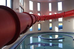 Tobogán acuático rojo Fotografía de archivo libre de regalías