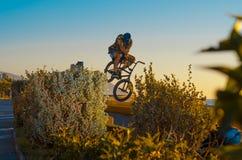 Tobogan骑自行车的人墙纸 免版税库存图片