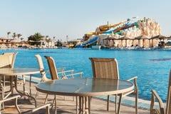 Toboganes acuáticos coloridos vacíos y una piscina Egipet Hurgada Los 5 de oro, el 7 de octubre de 2016 fotografía de archivo