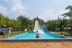 Toboganes acuáticos en el parque de atracciones Imágenes de archivo libres de regalías