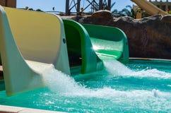 Toboganes acuáticos en el parque de la aguamarina Fotos de archivo
