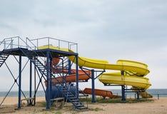 Toboganes acuáticos en la playa imagenes de archivo