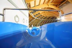 Toboganes acuáticos grandes en aquapark interior Imagen de archivo libre de regalías