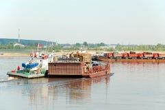 Tobolsk, a balsa através do rio Irtysh Fotografia de Stock Royalty Free