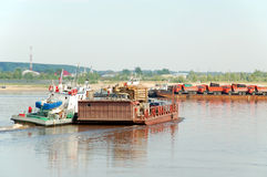 Tobolsk, die Fähre durch den Fluss Irtysh Lizenzfreie Stockfotografie