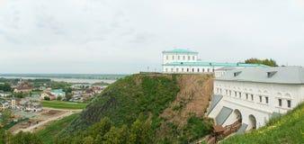 Tobolsk, panorama: cancello, fiume, città inferiore Immagini Stock Libere da Diritti