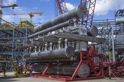 Tobolsk, Rusia - 16 de julio 2017: el ` del ` SIBUR de la compañía Construcción en grande del complejo químico del gas Foto de archivo libre de regalías