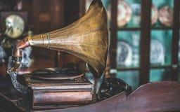 Tocadiscos antiguo de la música con el gramófono del cuerno fotografía de archivo libre de regalías