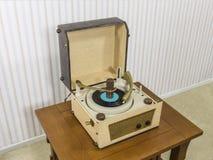 Tocadiscos del vintage en la tabla Fotos de archivo libres de regalías