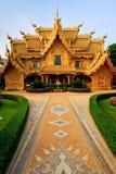 Tocador de oro del templo de Wat Rong Khun. Imagen de archivo libre de regalías