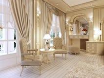 Tocador y dos sillas con una lámpara de mesa en luxur clásico Imagen de archivo libre de regalías