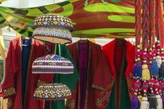 Tocados asi?ticos tradicionales con un hilo coloreado bordado del ornamento nacional imagen de archivo libre de regalías