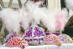 Tocados tradicionales con las plumas de muchachas de Kazajistán y de Asia Central imagen de archivo