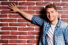 Tocando em uma parede de tijolo Imagem de Stock Royalty Free