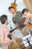 Tocando la guitarra acústica y eléctrica junto Imagen de archivo libre de regalías