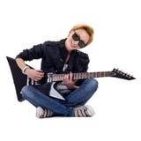Tocando la guitarra asentada Fotografía de archivo