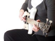 Tocando la guitarra baja eléctrica aislada Fotografía de archivo