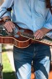 Tocando la guitarra horizontalmente Imágenes de archivo libres de regalías