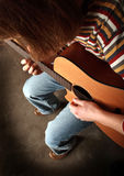 Tocando la guitarra vea la otra foto Foto de archivo