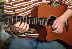 Tocando la guitarra vea la otra foto Imagen de archivo libre de regalías