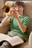 Tocando la trompeta en el país Foto de archivo libre de regalías