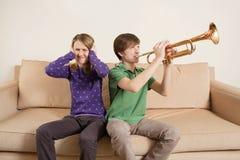 Tocando la trompeta gravemente Imagen de archivo