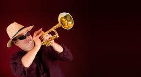 Tocando la trompeta un aviso Fotografía de archivo libre de regalías