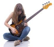 Tocar el adolescente y la guitarra baja Foto de archivo libre de regalías