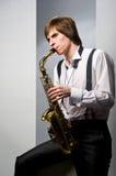 Tocar el saxofón Imágenes de archivo libres de regalías