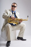 Tocar el saxofón Foto de archivo libre de regalías