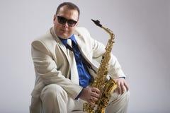 Tocar el saxofón Fotos de archivo libres de regalías
