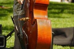 Tocar el violoncelo Fotos de archivo libres de regalías