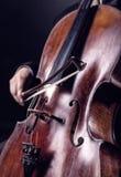 Tocar el violoncelo imágenes de archivo libres de regalías