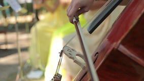 Tocar el violoncelo almacen de metraje de vídeo