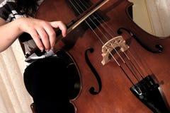 Tocar el violoncelo Imagen de archivo libre de regalías